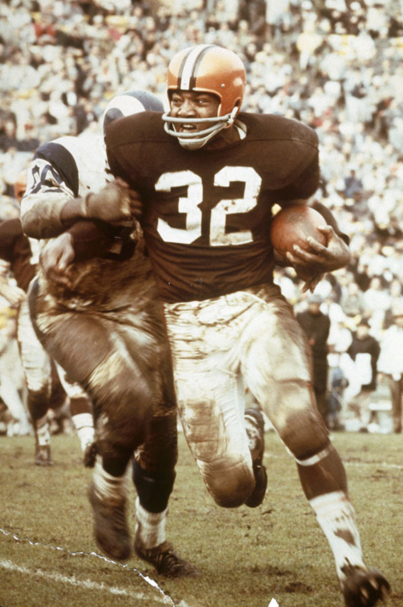 Cleveland Browns Hall of Fame running back Jim Brown runs against the Los Angeles Rams in a 42-7 loss at the Los Angeles Coliseum on 12/12/1965. (Photo by Darryl Norenberg/NFL)