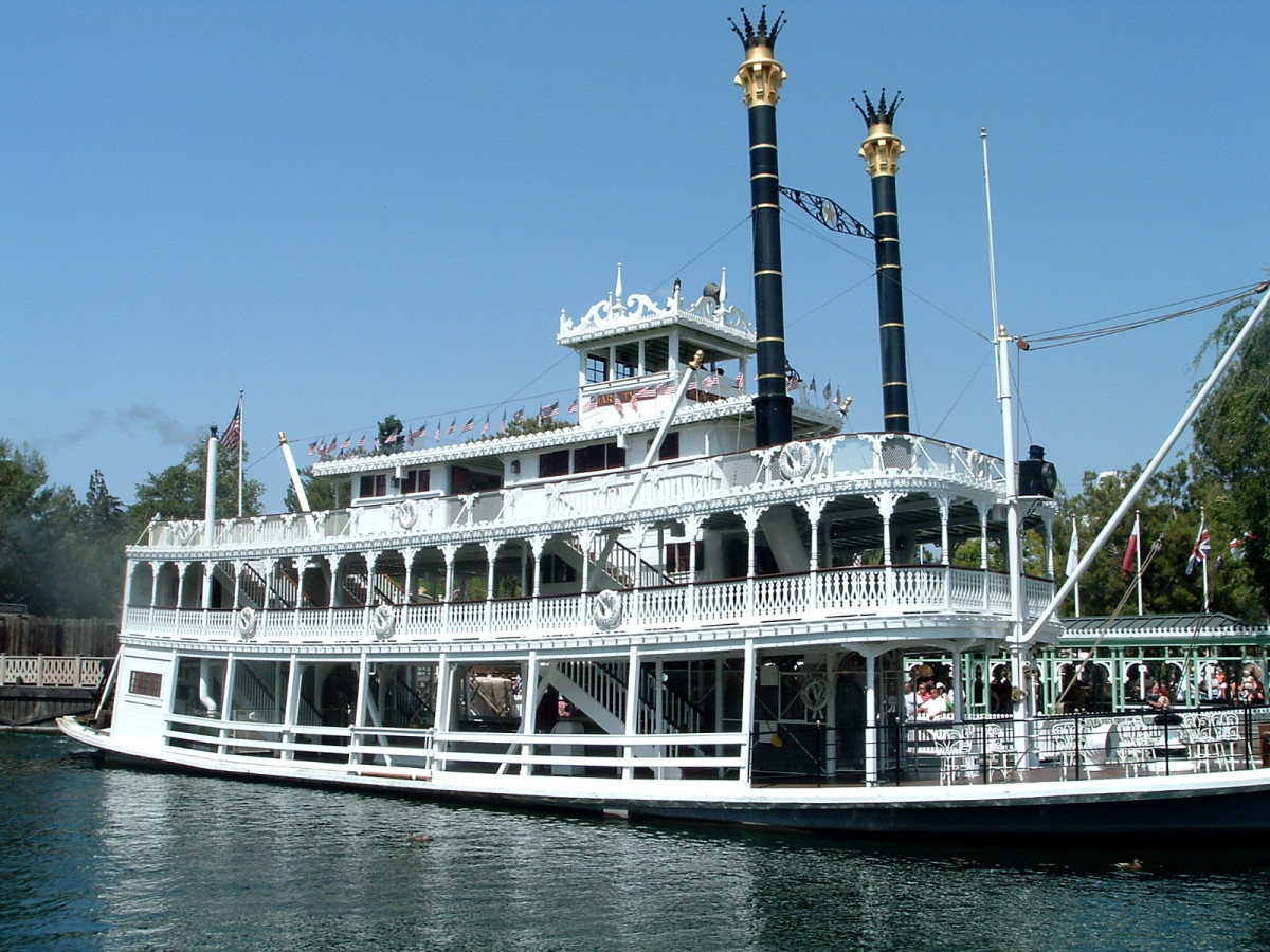 A riverboat like the one that Tom and Huck would have travelled in.