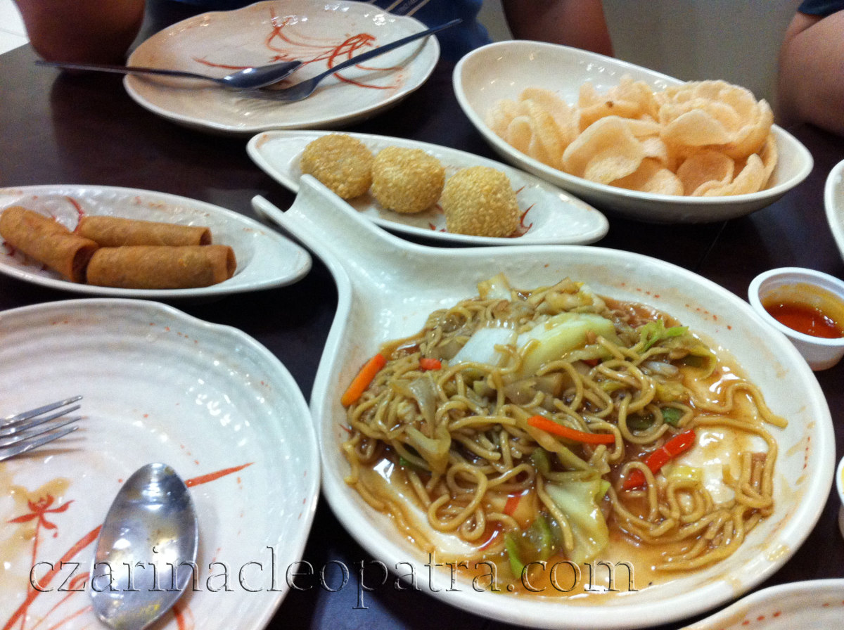 Center-clockwise: buchi-buchi, shrimp/fish crackers, pancit canton, fried lumpia
