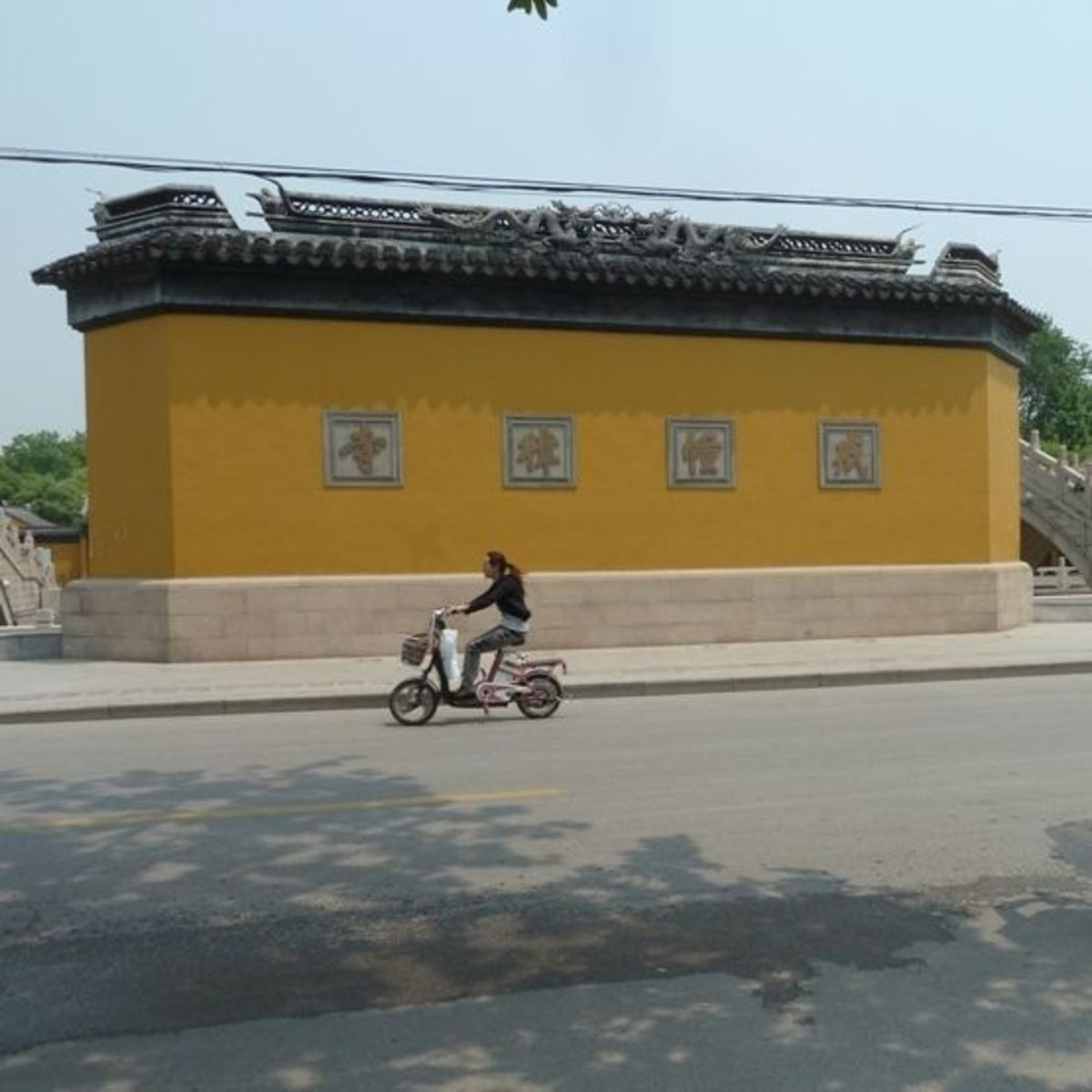 """Temples often have Feng Shui Walls  Protecting the gate - bridges, water, and a feng shui wall In China people believe the gate of the temple needs protecting. From what? """"Evil winds and ghosts."""" People here believe that ghosts cannot travel across w"""