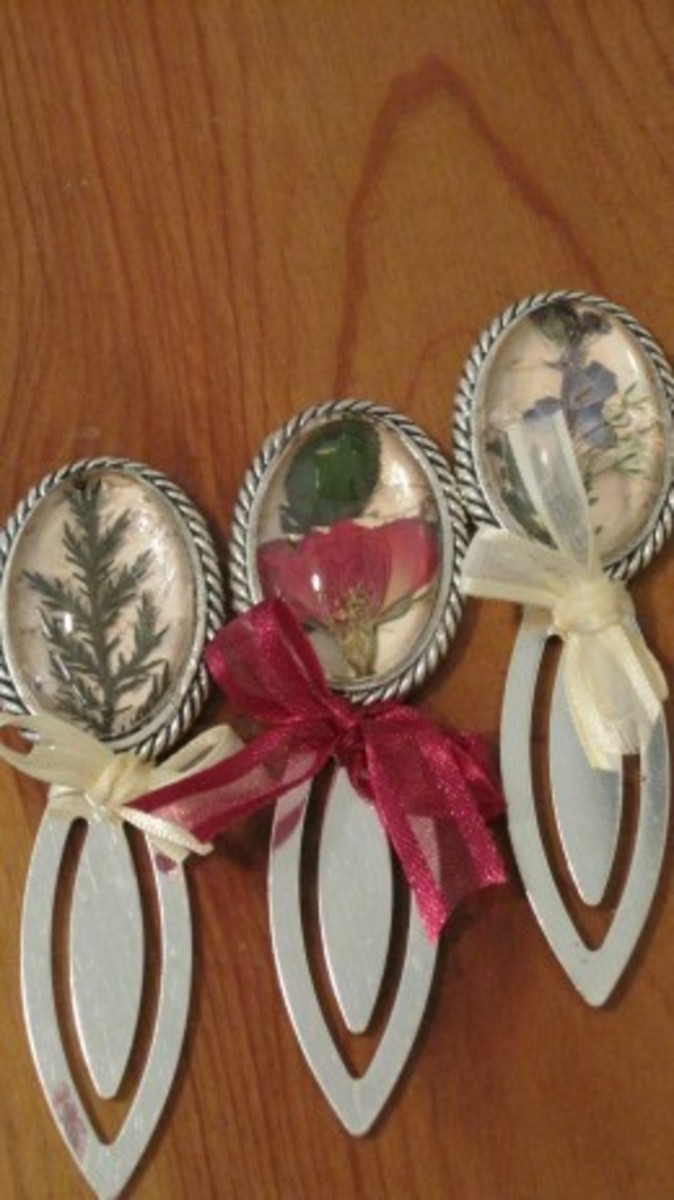 Bookmarks with pressed flowers and resin
