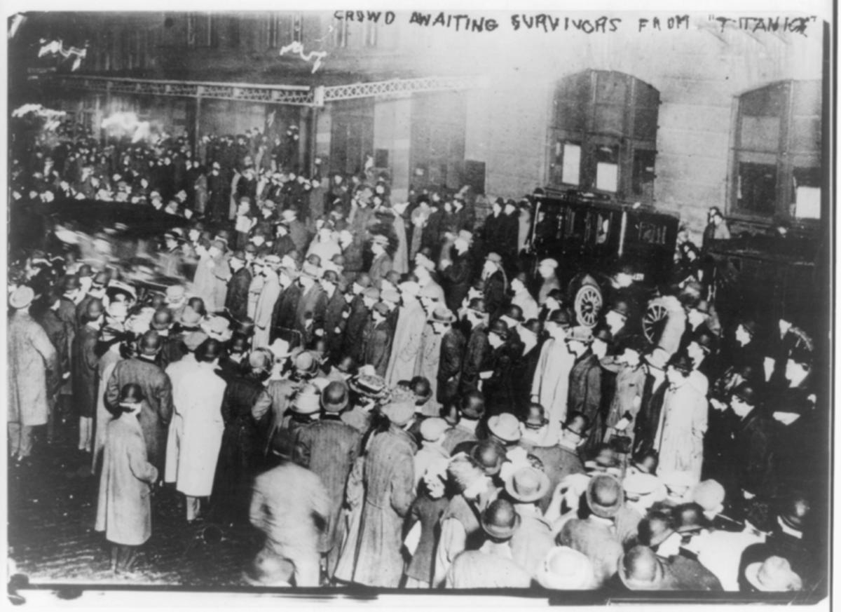 Crowd awaiting survivors of the Titanic