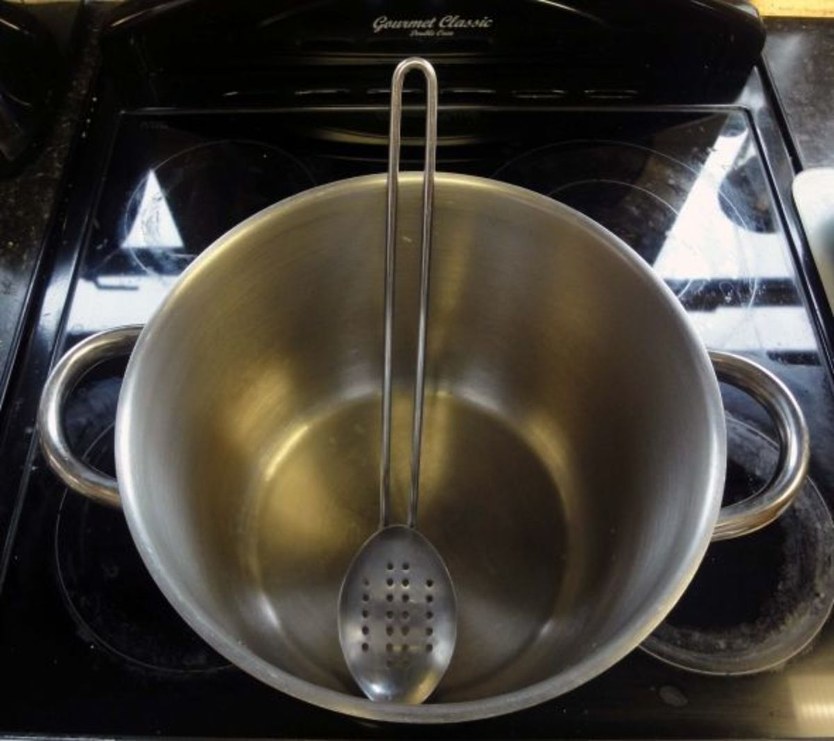 Deep Saucepan and draining spoon, ideal for deep fat frying