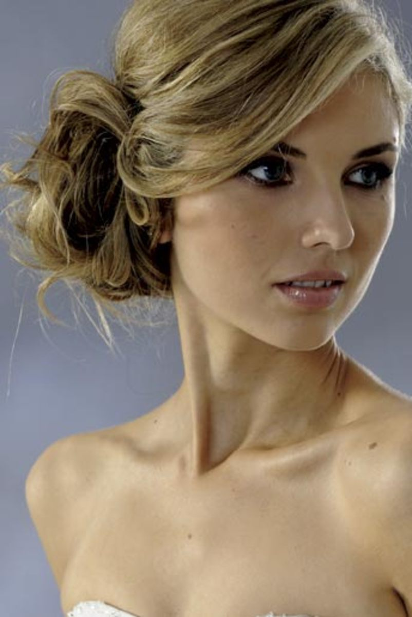 A beautiful hairstyle for your wedding day. Side-swept chignon.