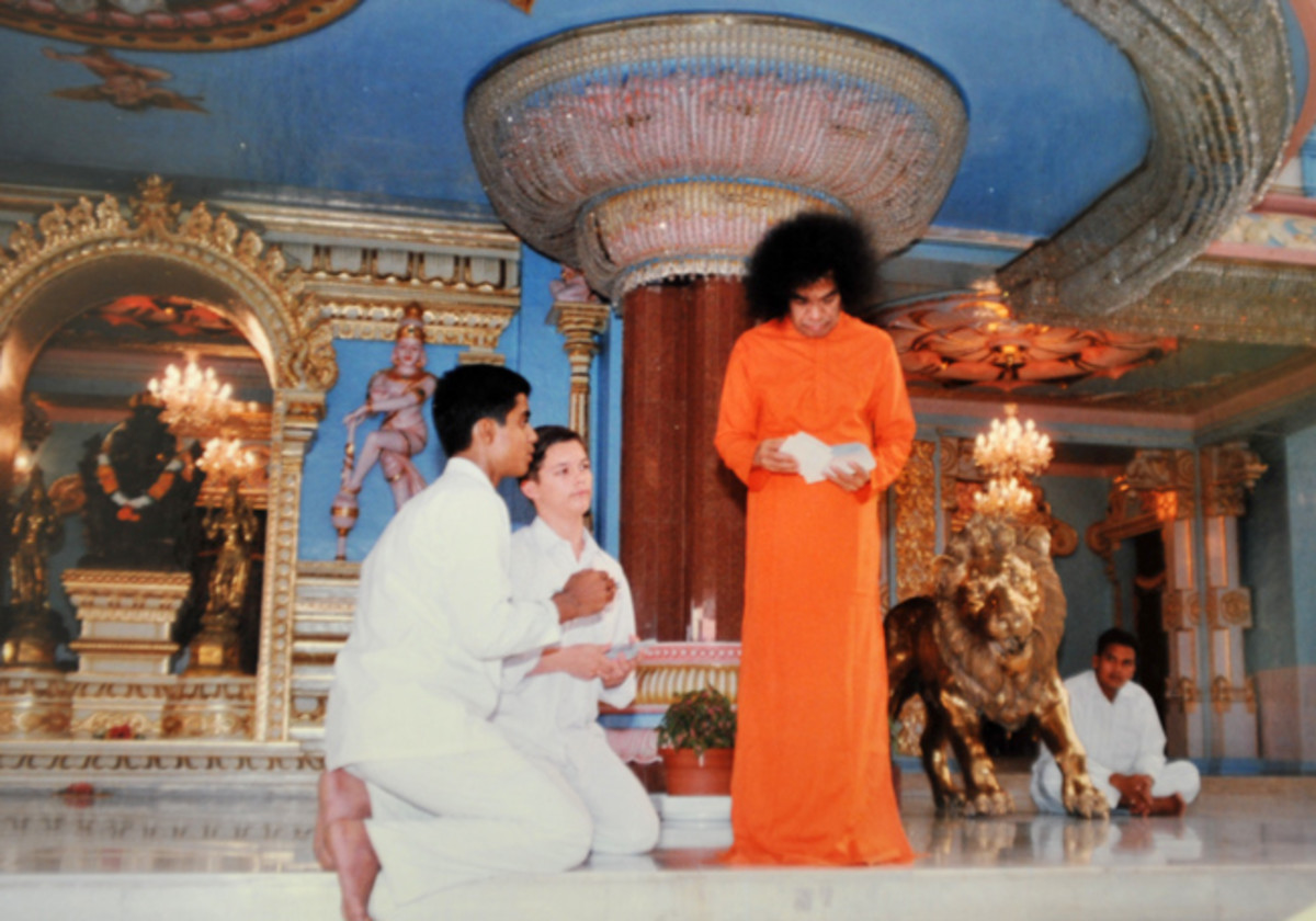 Another occasion in the future when Swami leafed through photos in full public view. The scene during this episode was almost like this - only that I was kneeling to His left!
