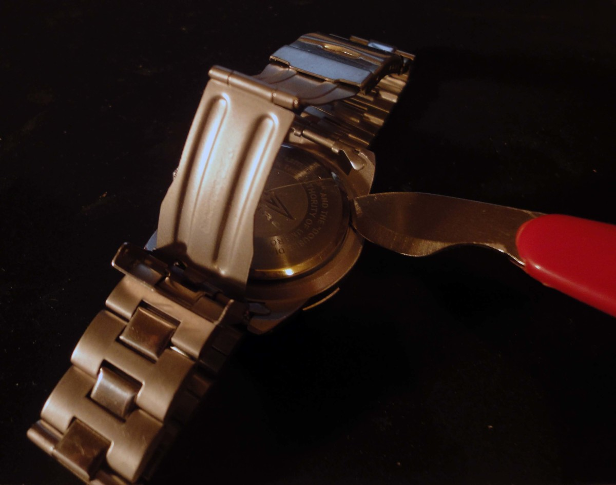Prising of snap on watch back with blunt lever tool
