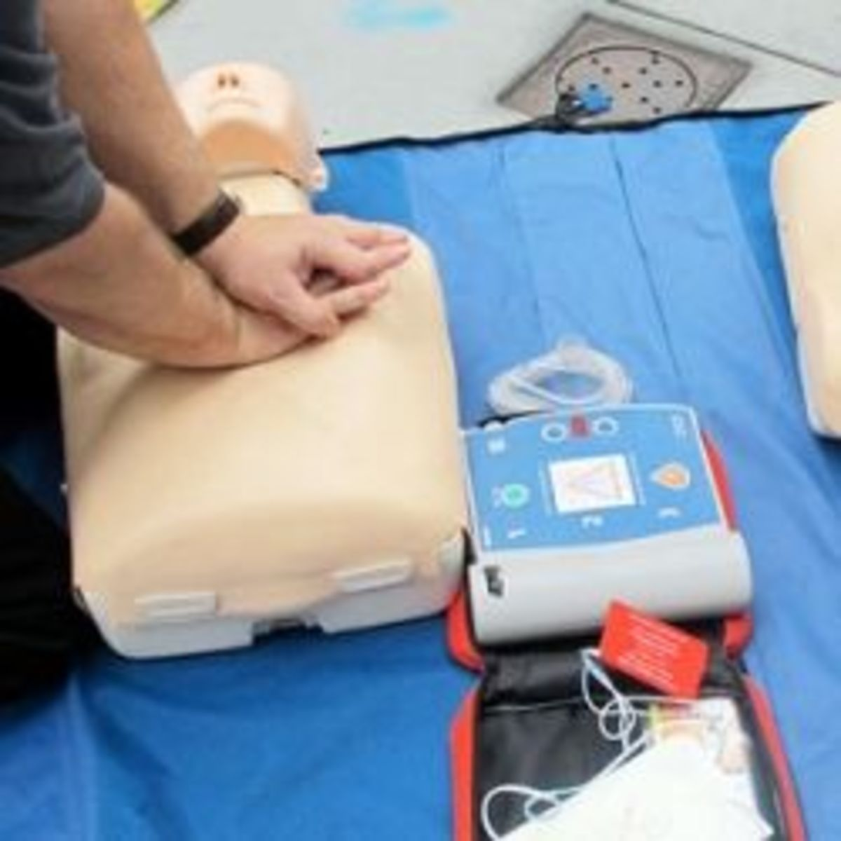 how-does-a-defibrillator-work