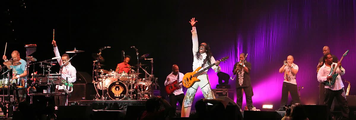 Bassist Verdine White (center)