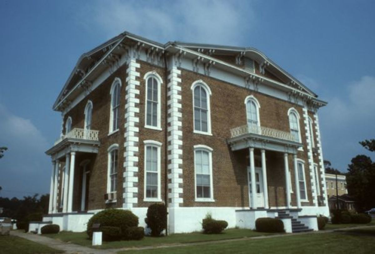 the-lightning-portrait-of-the-pickens-county-courthouse