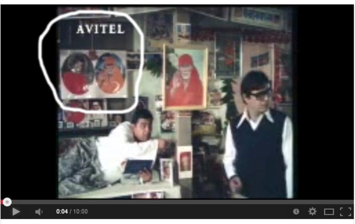 En la película también, en varios lugares, la imagen de Swami se puede ver al lado de Shirdi Baba.