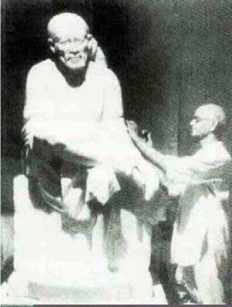 El ídolo de Shirdi Baba instalado en Shirdi en 1954 se hizo por el escultor Balaji Vasant.
