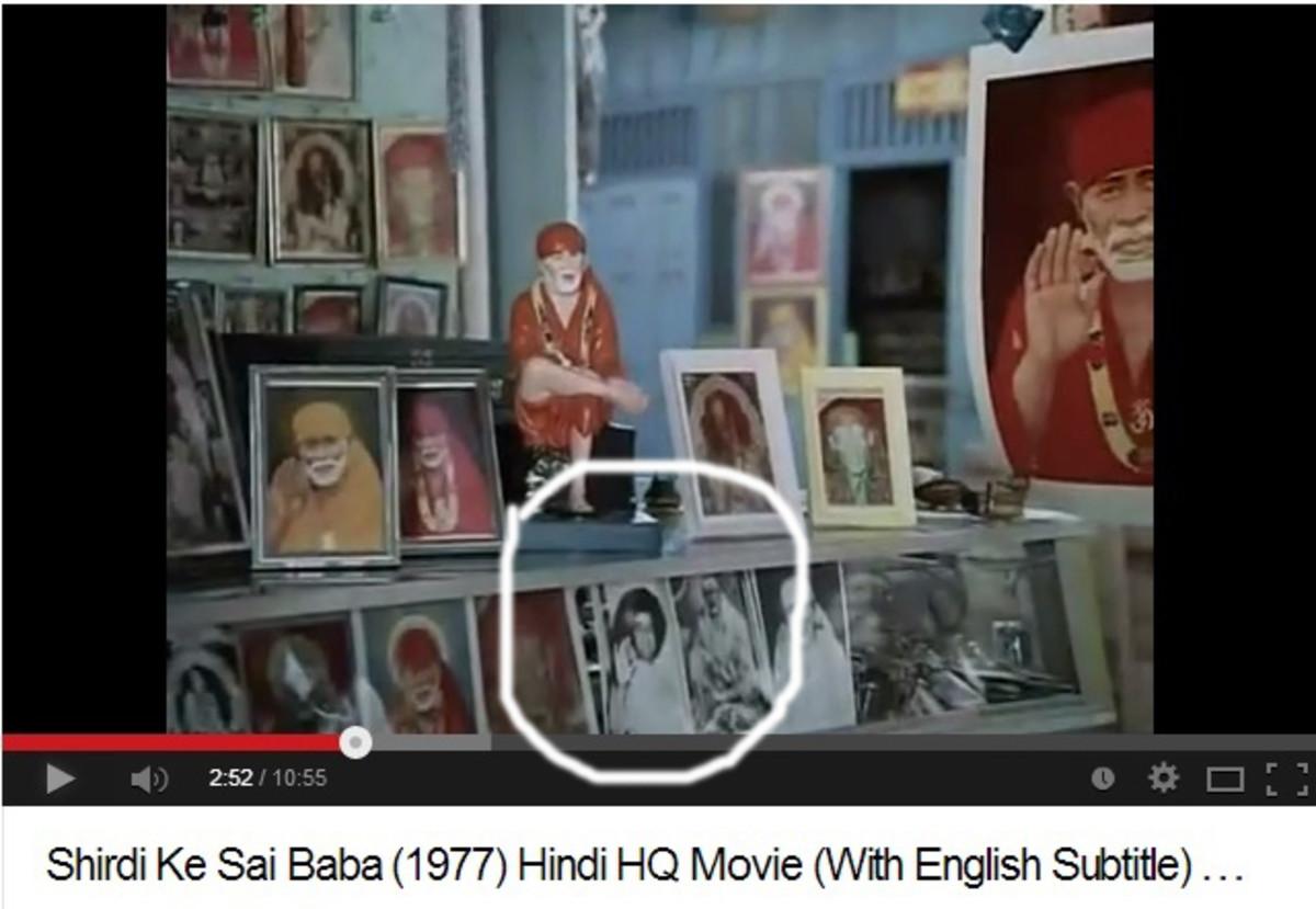 En los primeros disparos, las fotos de Sri Sathya Sai Baba se pueden ver junto a las de Shirdi Baba.