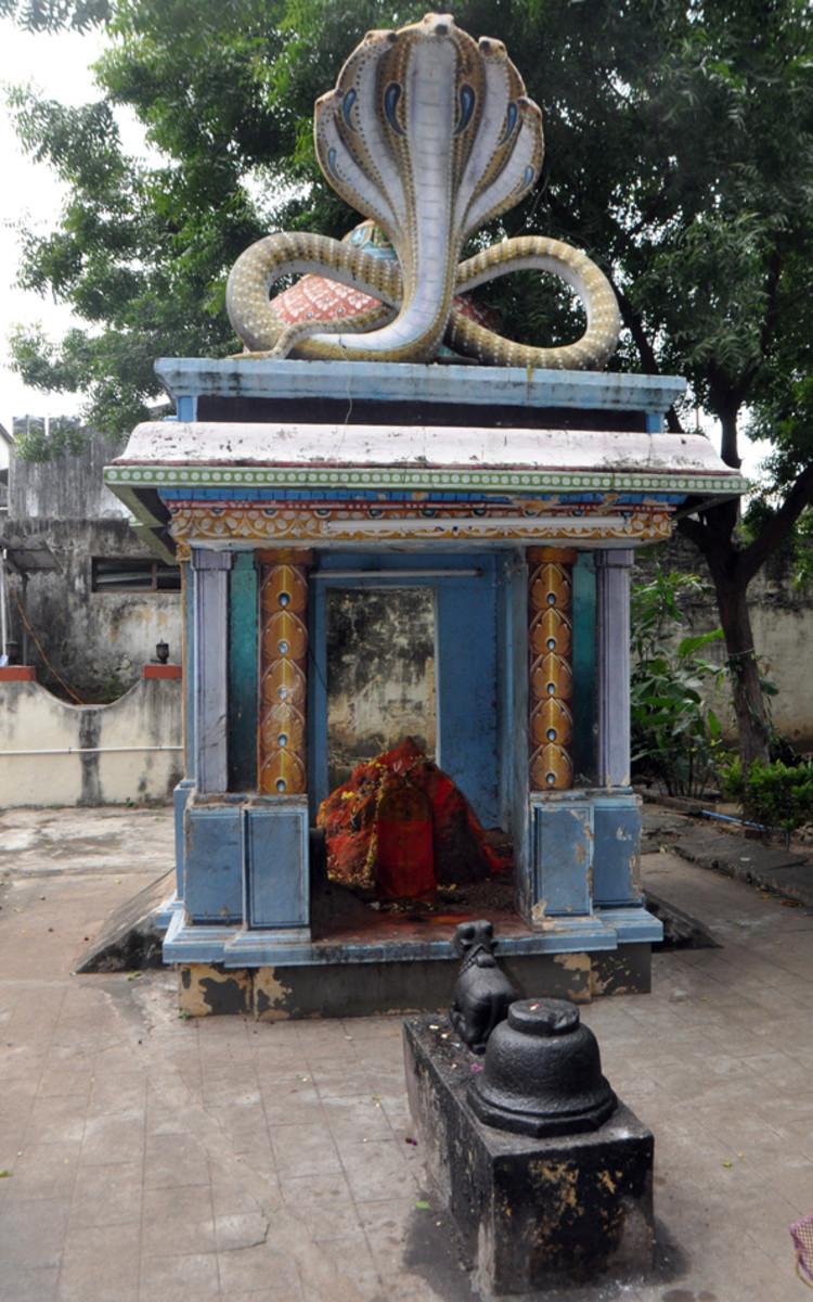 A mandap construida sobre un hormiguero al lado del templo.  El hormiguero es más antiguo que el templo y, cuando se estaba roto, los trabajadores volvieron ciegos.  Curado de ellos, Swami aconsejó Lokanatha dejar que el hormiguero sea.  A continuación mandap fue construido.