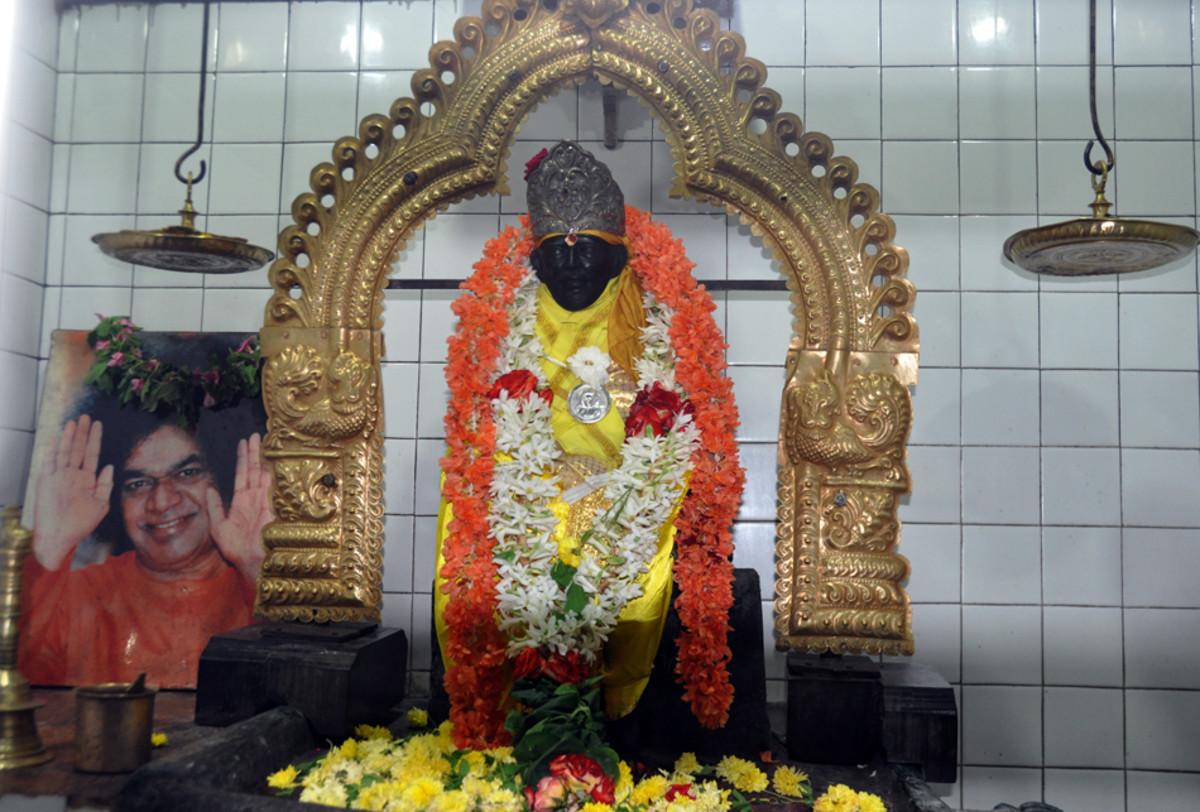 El ídolo principal en el santuario - Shirdi Sai Baba.