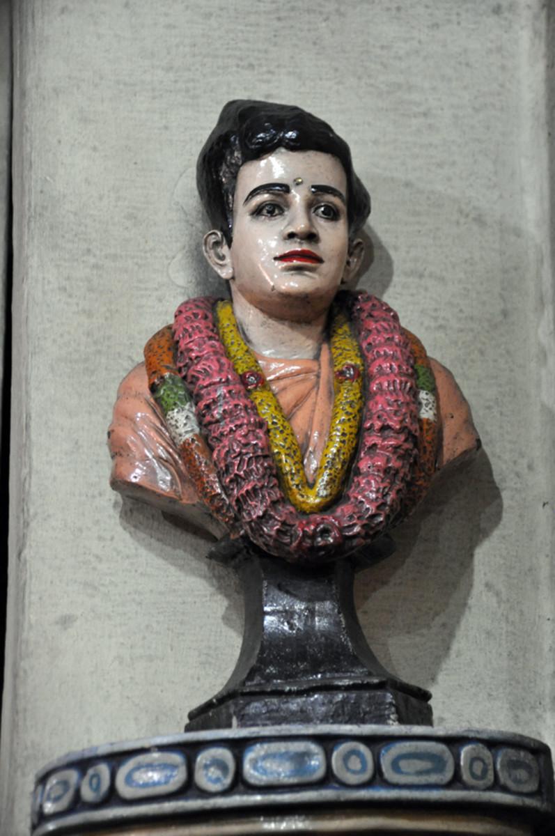 Un busto de Swami en el templo.