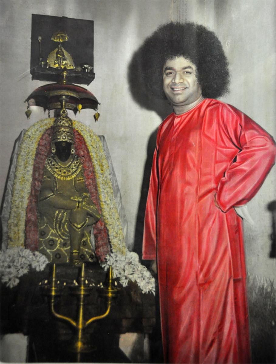 Swami con el primer ídolo de Shirdi Baba en el mundo en Guindy.