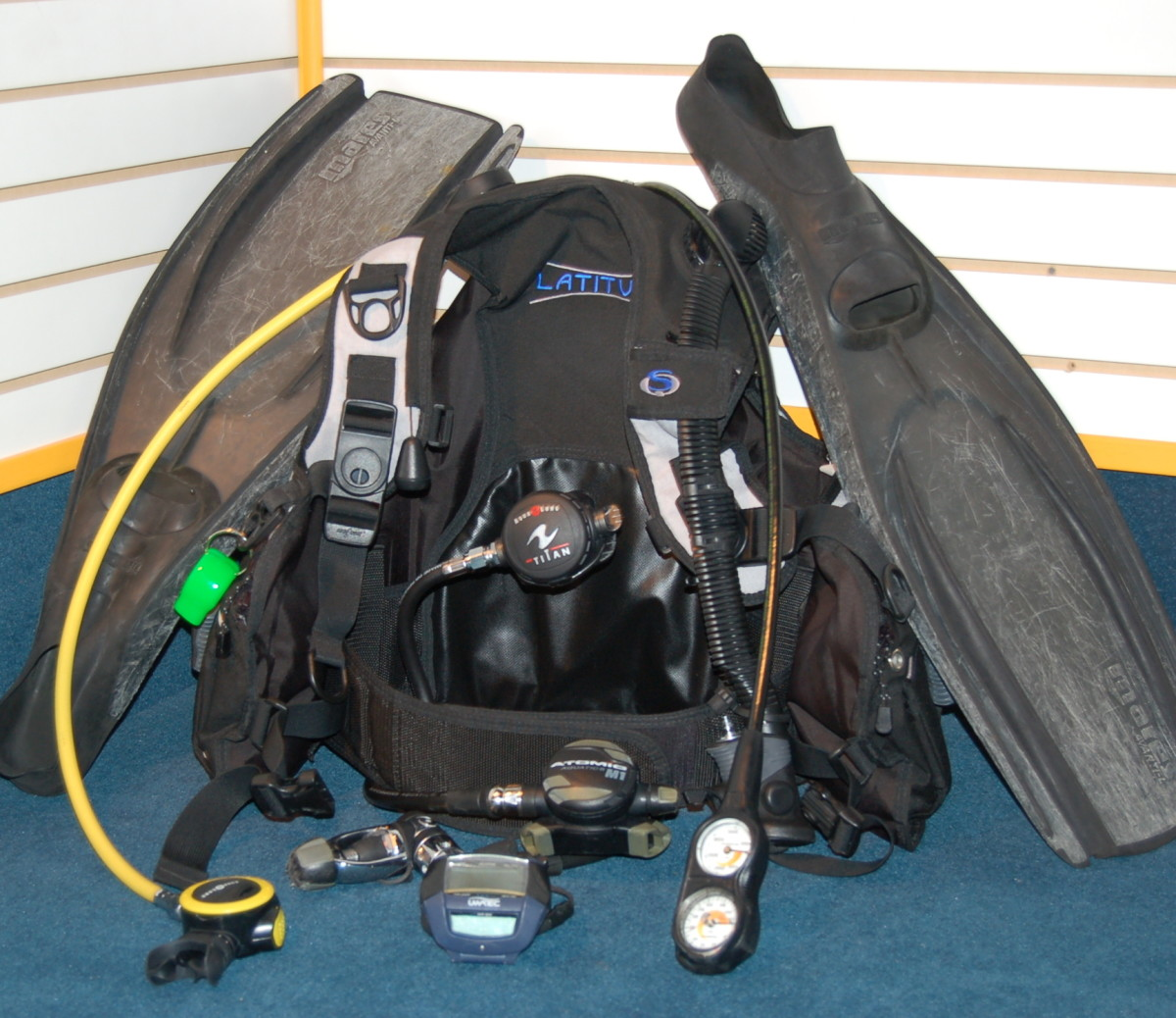 Showing scuba gear - Image credit: https://underwaterphantaseas.wordpress.com/tag/used-scuba-gear/