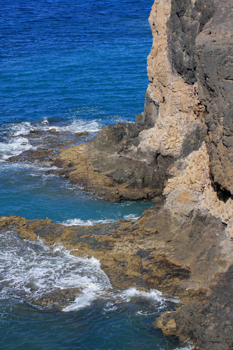The sea cliffs at Playa de Papagayo