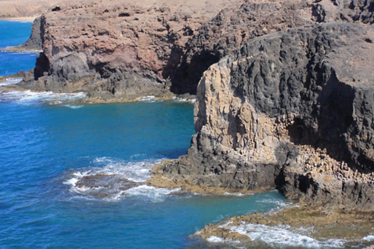 The sea cliffs near Playa de Papagayo
