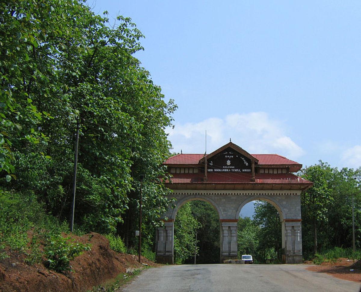 Entrance arch on the way of the temple (Author : Vinayaraj, CC SA-3.0)