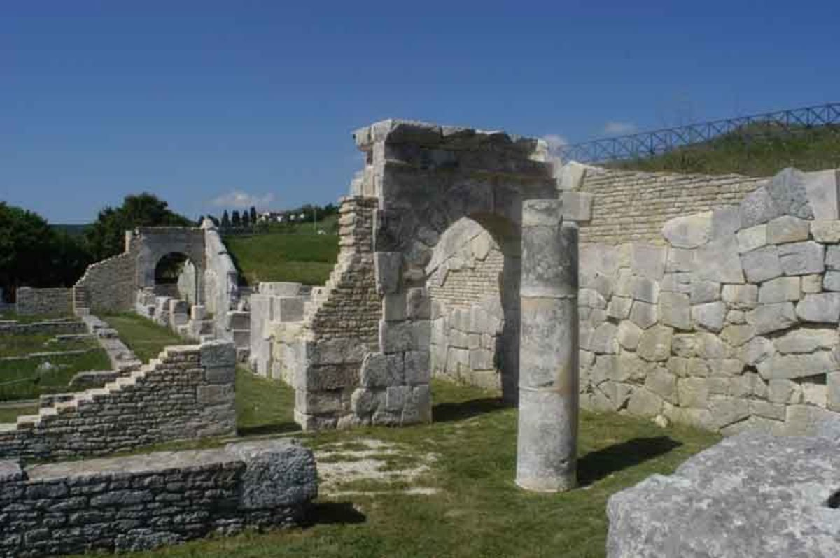 More ruins at Pietrabbodante in Molise and home of the Samnites.