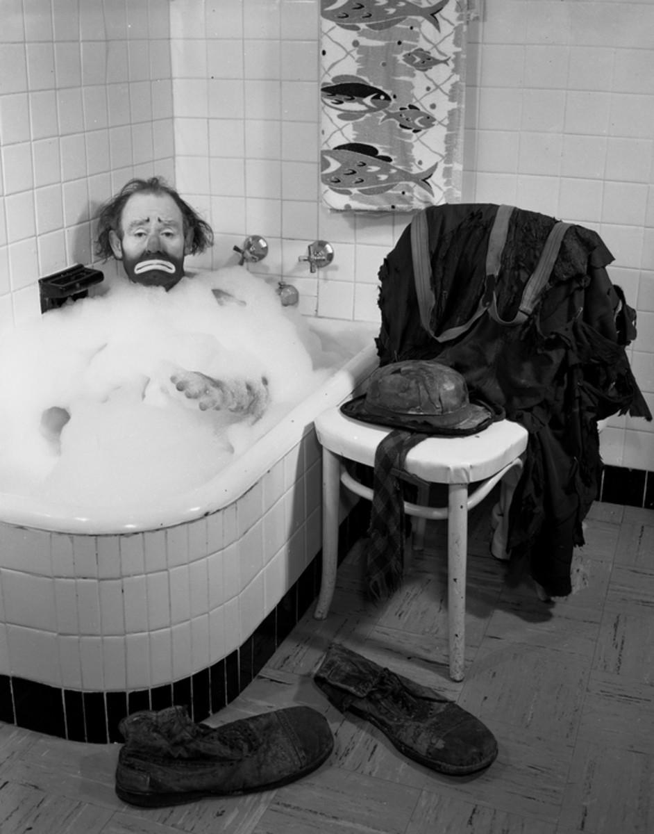 Emmett Leo Kelly as Weary Willie in a bubble bath.