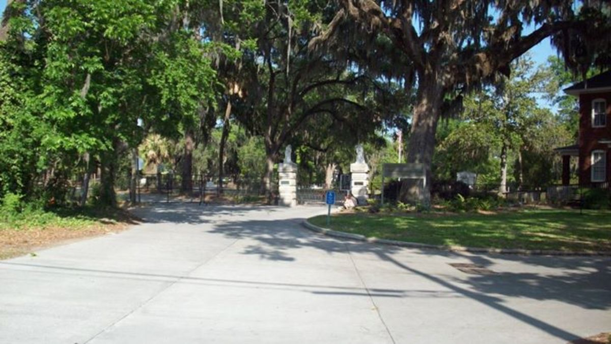 The main entrance to the cemetery.