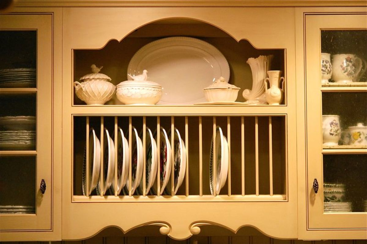 traditional style plate rail for the kitchen - this design is exceptionally charming with the intricate molding and edgings
