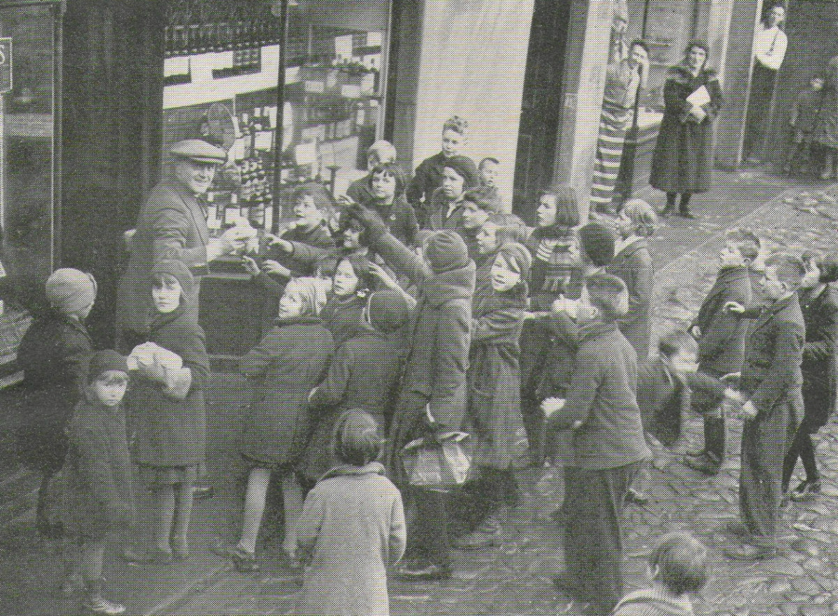"""""""Seekin' their cakes in Fife"""". Children claiming their hogmanay in the first half of the 20th Century."""