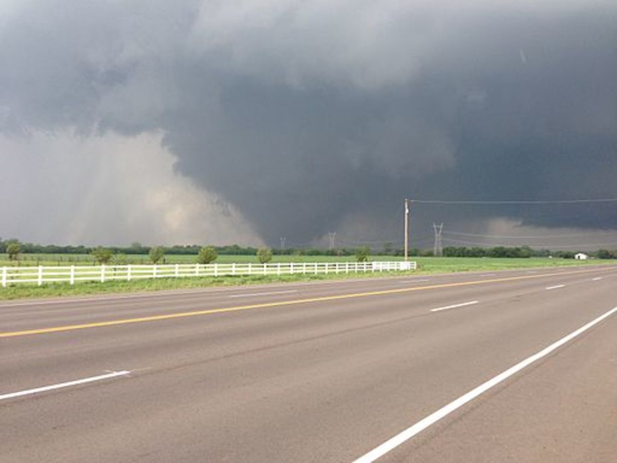 2013 Moore, Oklahoma EF 5 tornado passing south of Oklahoma City