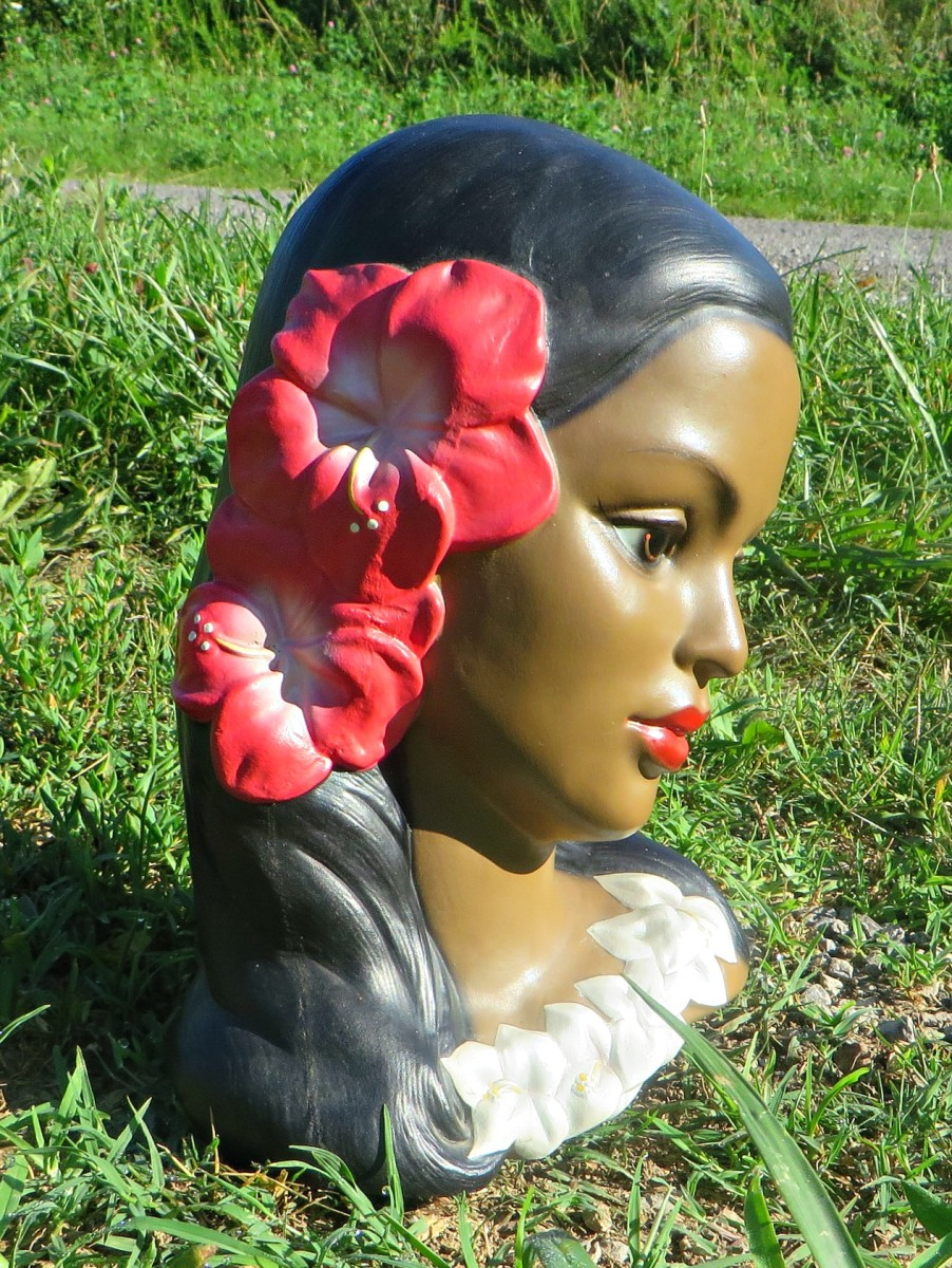 This is one of the most beautiful Hawaiian Polynesian woman head bust with hibiscus flower that ever came on the market. Five different Hawaiian head busts were made by Lego through the 1950s and 1960s and this was the most popular one.