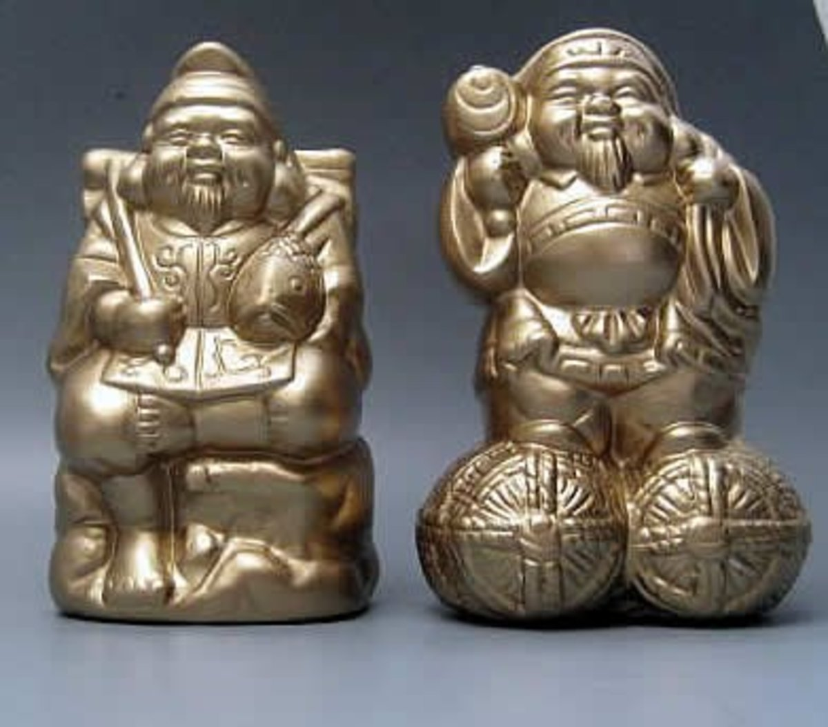 Ceramic statues of Ebisu and Daikokuten.