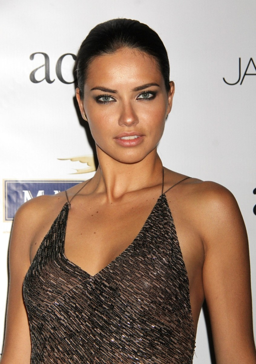 adriana-lima-beautiful-fashion-model-from-brazil-that-has-become-the-face-of-victorias-secret