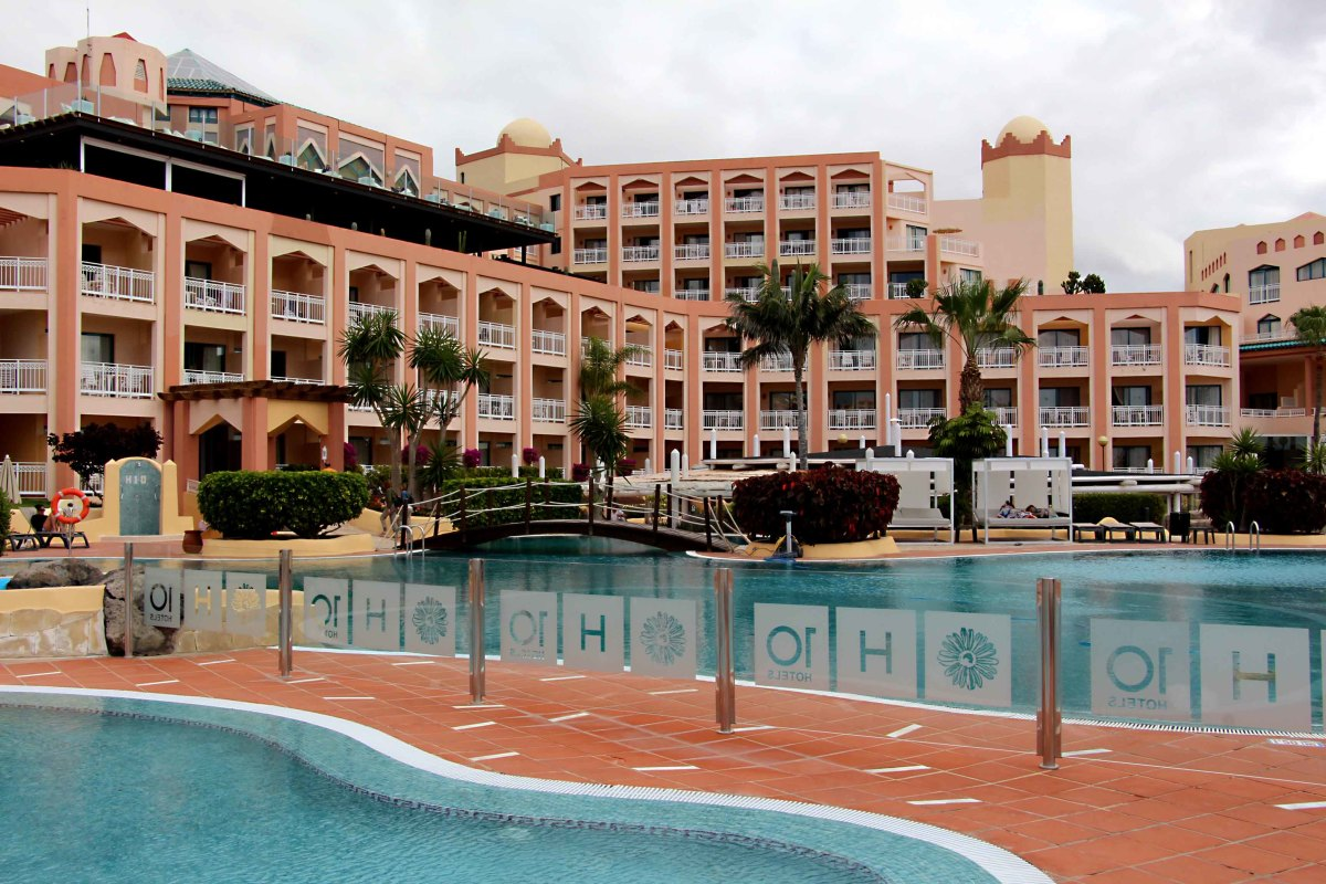 The swimming pools and guestrooms of H10 Esmeralda in the resort of Costa Calma