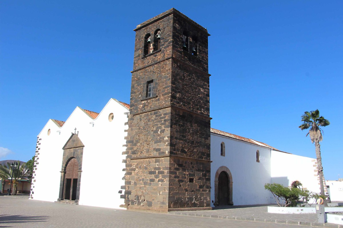 Iglesia Nuestra Senora de la Candelaria (The Church of Our Lady of Canadalaria) is an important late 16th /  early 17th century church in the village of La Oliva in the northern municipality of the same name