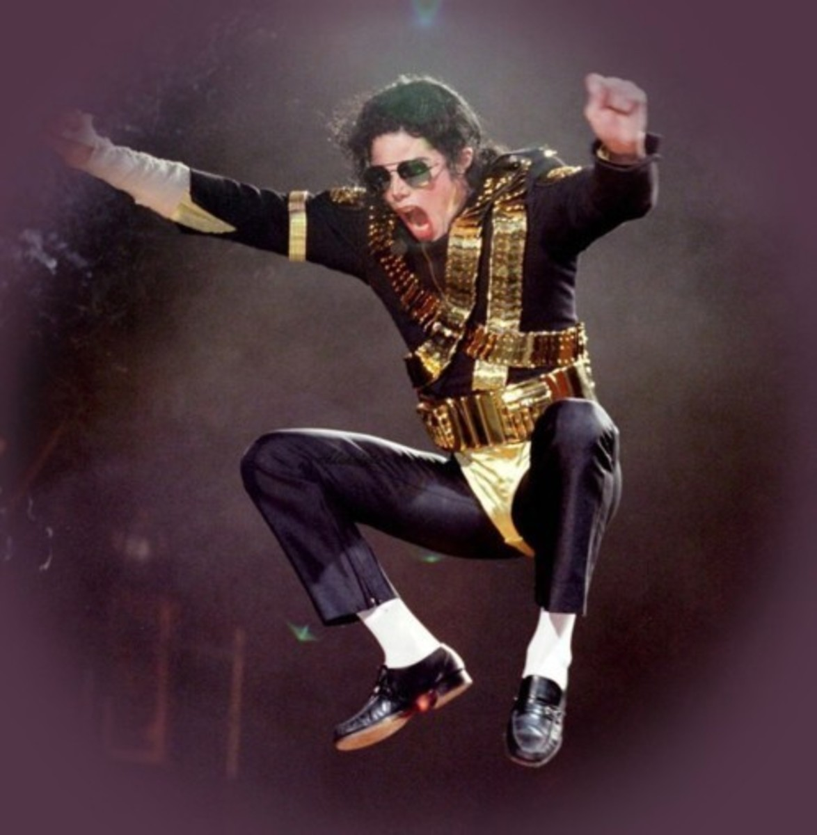 MJ live in 1993, here in full Dangerous-era costume.