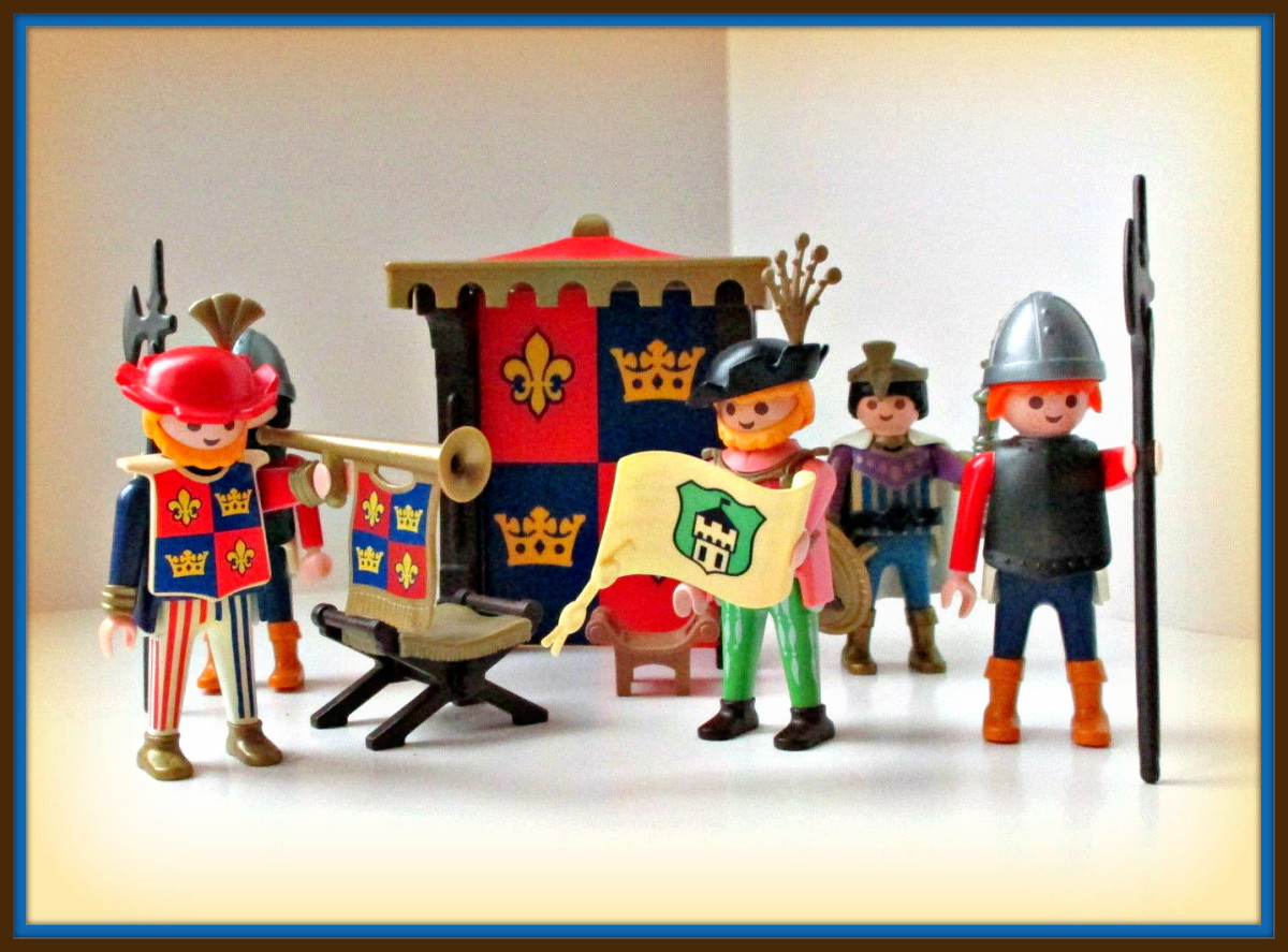 Here is a nice set of Playmobil figures from the 1993 era of Castles. You have a Prince, a Knight, a Scribe an much more.