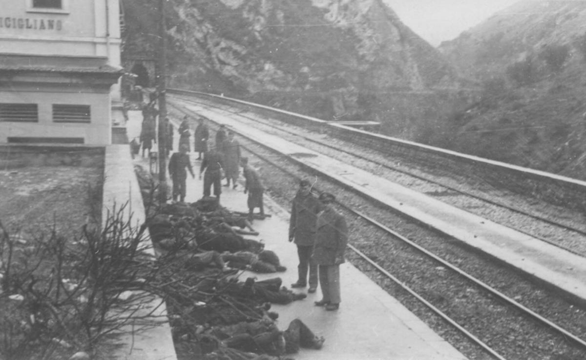 Bodies on the platform at Balvano station