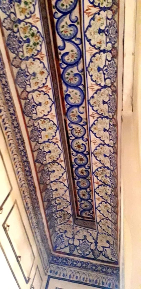 The well painted ceilings of the Queen's room. It's called Meenakari art.