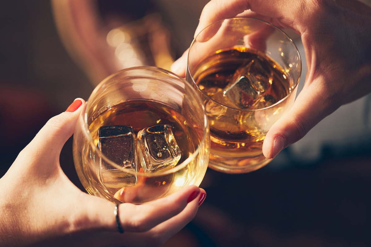 7-reasons-why-dating-a-girl-who-drinks-whiskey-is-awesome