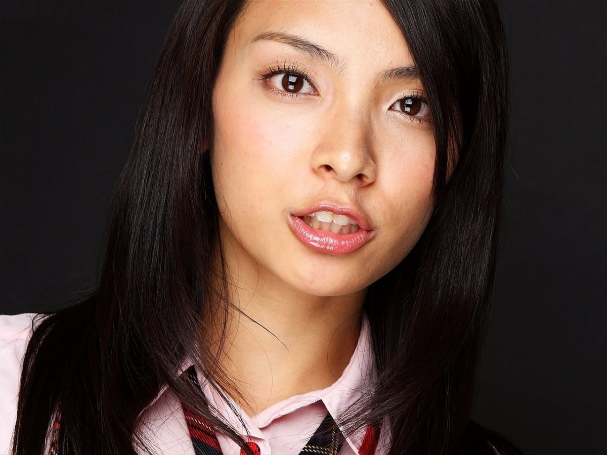 All About the Life and Career of Japanese Pop Music Singer and Actress Sayaka Akimoto