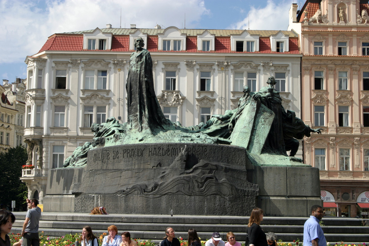 STATUE IN PRAGUE OF JAN HUS