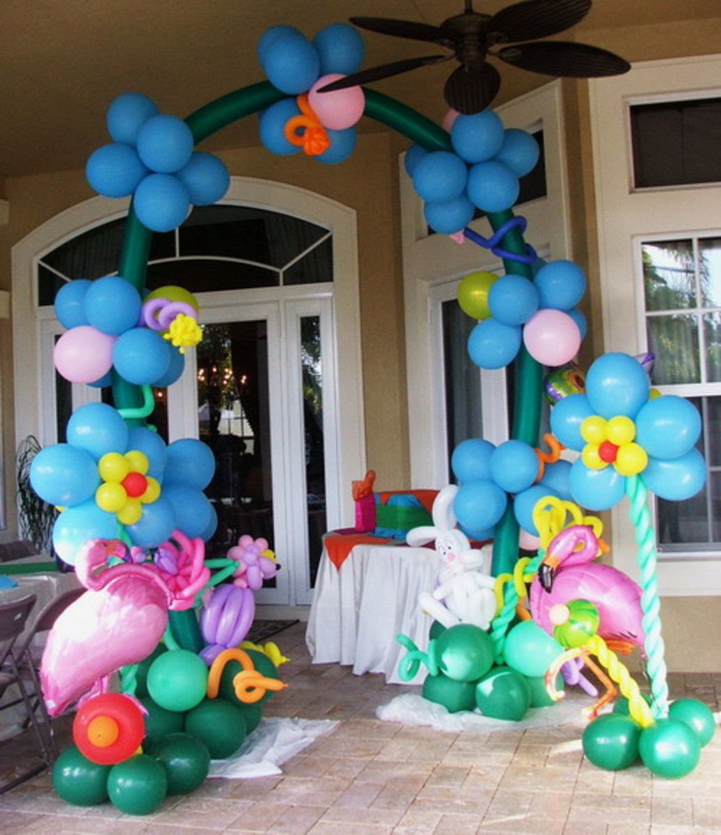 Wonderland balloon arch from http://www.balloons.dreamark.net/kids.html