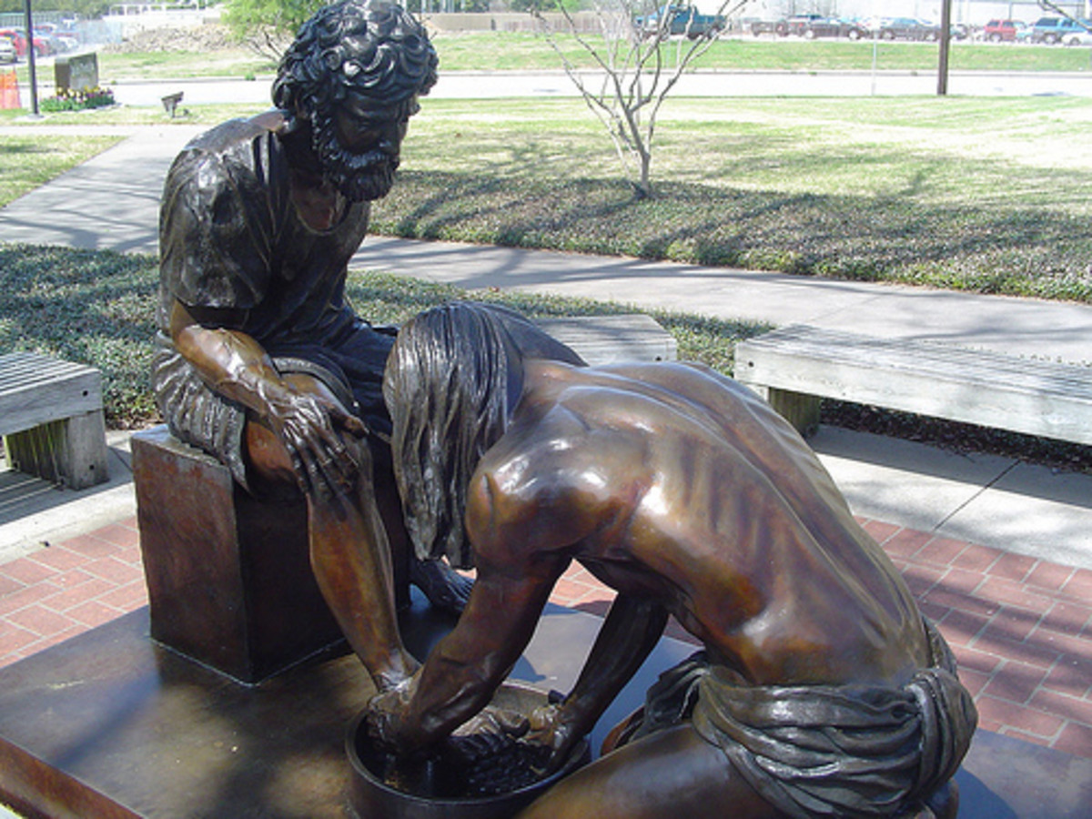 STATUE OF JESUS WASHING DISCIPLES FEET