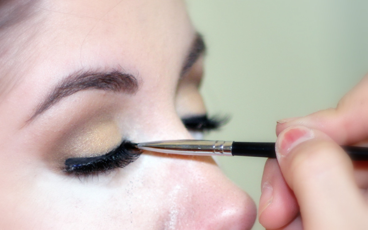 How to Apply Eyeliner: A Guide for Beginners