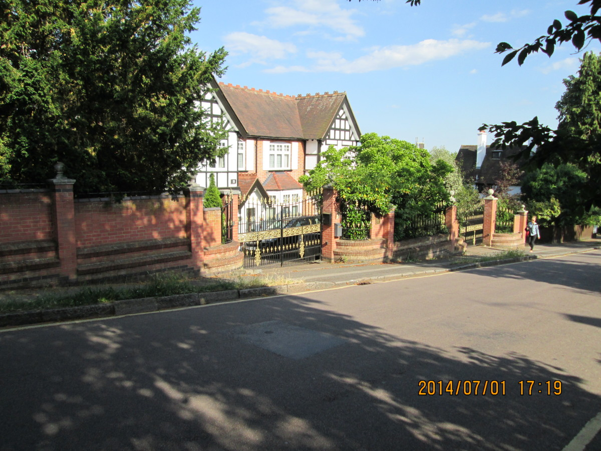 ... as this one would be, with its ornamental gates. How about stumping up £500,000 or £750,000 for this 'des res'?