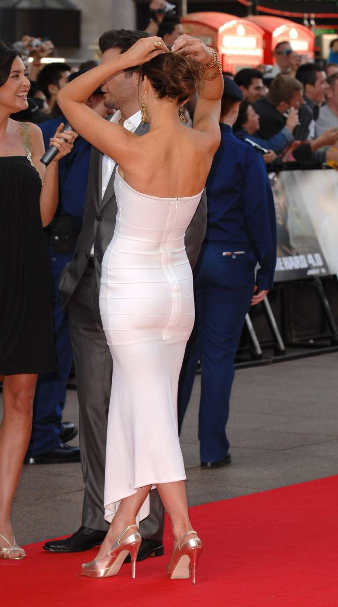 Kate Beckinsale booty photos in a gorgeous curve hugging dress and sexy high heel sandals at the premiere of Die Hard 4