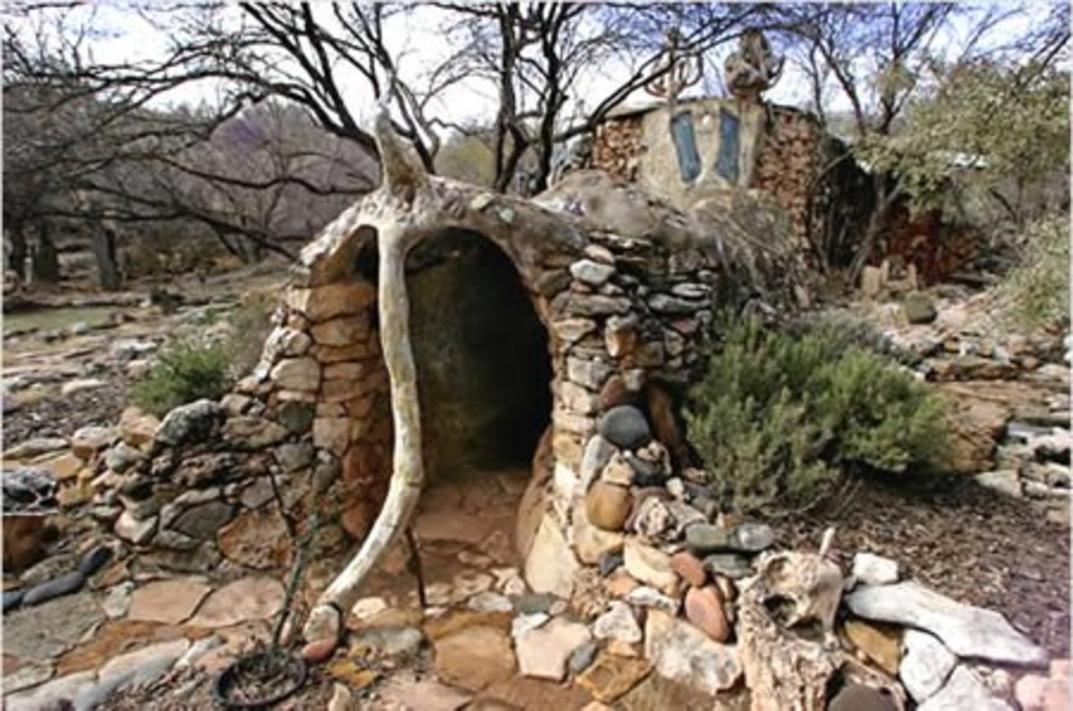 I'm sorry, I couldn't live here...this is too hobbit or Land of The Lost....The Eliphante Art House, in Cornville (AZ, USA).