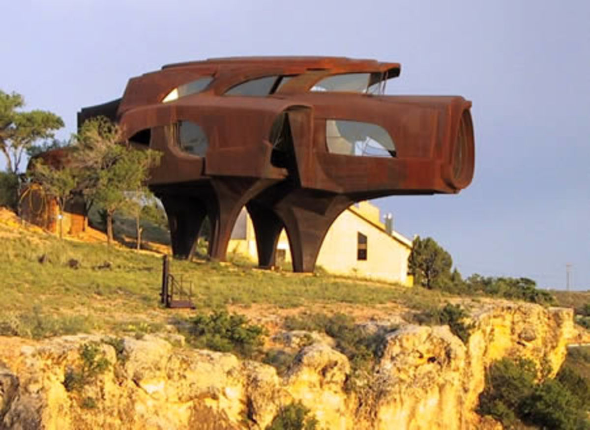 The Steel House, in Lubbock (Texas, USA). Architect and sculptor Robert Bruno spent 23 years building this strange home that looks like a giant pig out of 110 tons of steel.     I think I will visit this place which isn't too far from me...