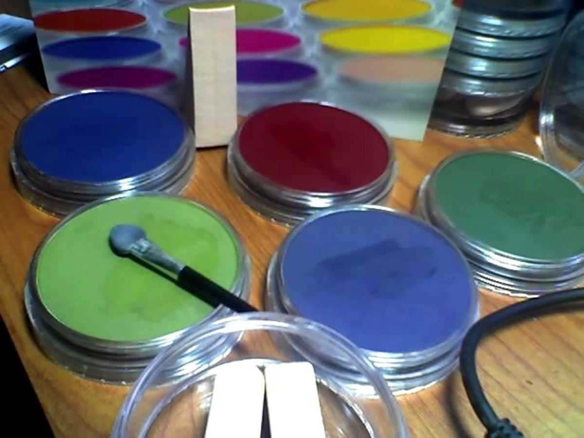 Five Extra Dark Shades Pan Pastels open for use with tools. The wedge sponge standing on end behind them came in the tool jar under the stack along with two Sofft knife covers and the mini applicator.
